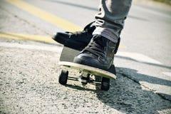 Jonge mens gefiltreerd met een skateboard rijden, Stock Foto's