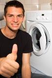 Jonge mens gelukkig met wasmashine Stock Fotografie