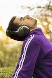 Jonge mens genieten die aan muziek luisteren Royalty-vrije Stock Foto