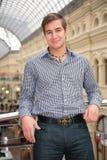 Jonge mens in geruit overhemd Stock Afbeelding