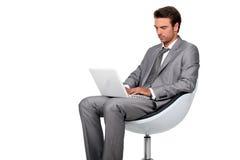Jonge mens in grijs kostuum stock foto