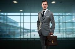 Jonge mens in grijs kostuum Stock Foto's