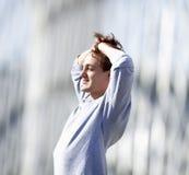 Jonge Mens het Bevindende Gelukkig Voelen Stock Foto's