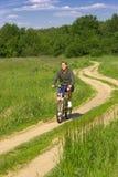 Jonge mens het biking Royalty-vrije Stock Fotografie
