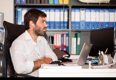 Jonge Mens in het Bureau Stock Afbeelding