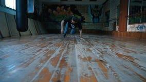 Jonge mens het dansen breakdance in opleidingsklasse stock videobeelden