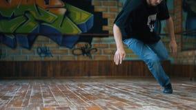Jonge mens het dansen breakdance in opleidingsklasse stock video