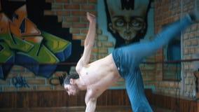 Jonge mens het dansen breakdance in opleidingsklasse stock footage