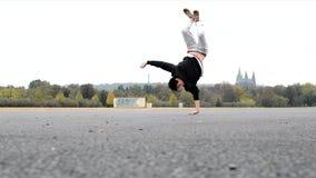 Jonge mens het dansen breakdance in Praag stock videobeelden