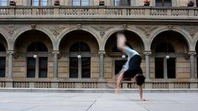 Jonge mens het dansen breakdance in Praag stock footage