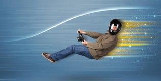 Jonge mens het drijven in denkbeeldige snelle auto met vage lijnen Stock Foto's