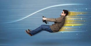Jonge mens het drijven in denkbeeldige snelle auto met vage lijnen stock afbeeldingen