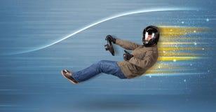 Jonge mens het drijven in denkbeeldige snelle auto met vage lijnen royalty-vrije stock afbeelding
