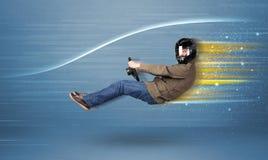Jonge mens het drijven in denkbeeldige snelle auto met vage lijnen Royalty-vrije Stock Afbeeldingen