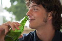 Jonge mens het drinken bier Stock Fotografie