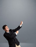 Jonge mens het gesturing met exemplaarruimte royalty-vrije stock foto's