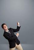 Jonge mens het gesturing met exemplaarruimte Stock Fotografie