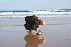 Jonge mens het graven in zand Royalty-vrije Stock Afbeeldingen