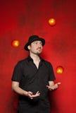 Jonge mens het jongleren met stock afbeelding