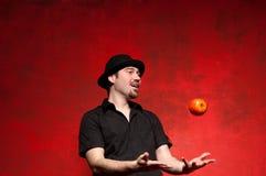 Jonge mens het jongleren met stock afbeeldingen