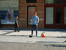 Jonge mens het jongleren met in de straat Praag, royalty-vrije stock afbeeldingen