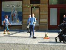 Jonge mens het jongleren met in de straat Praag, stock foto