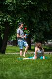 Jonge mens het jongleren met in het park Royalty-vrije Stock Foto