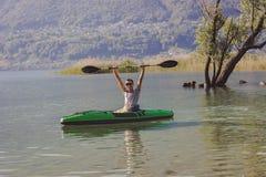 Jonge mens het kayaking op het meer royalty-vrije stock foto's
