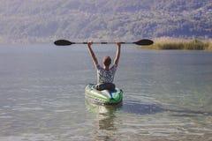Jonge mens het kayaking op het meer stock foto's
