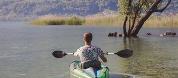Jonge mens het kayaking op het meer royalty-vrije stock foto