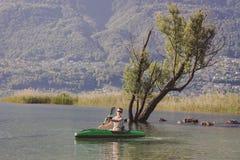 Jonge mens het kayaking op het meer royalty-vrije stock afbeeldingen