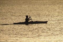 Jonge mens het kayaking van Captiva-Eiland bij zonsondergang stock fotografie