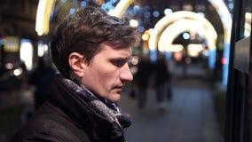 Jonge mens het kopen kop van koffie op stad in coffeeshop in openlucht straat in avond stock videobeelden