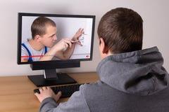 Jonge mens het letten op bouwers` s videoblog Stock Foto