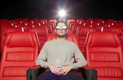 Jonge mens het letten op film in 3d theater Stock Afbeeldingen