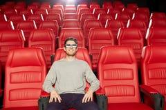 Jonge mens het letten op film in 3d theater Stock Fotografie