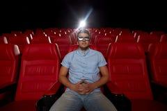 Jonge mens het letten op film in 3d theater Stock Foto