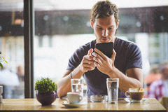 Jonge mens het letten op tablet Royalty-vrije Stock Foto's