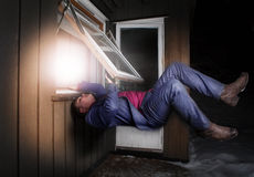 Jonge mens het levitatie ondergaan. Stock Foto's