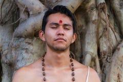 Jonge mens het mediteren Royalty-vrije Stock Fotografie