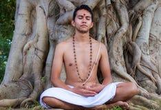 Jonge mens het mediteren Royalty-vrije Stock Afbeeldingen