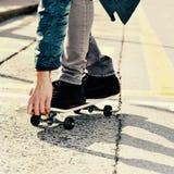 Jonge mens het met een skateboard rijden Stock Afbeelding