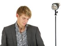 Jonge mens het model erachter neer kijken, stroboscoop stock foto's