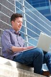 Jonge mens het ontspannen met laptop in openlucht Stock Foto
