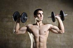 Jonge mens het opheffen gewichten Stock Foto's