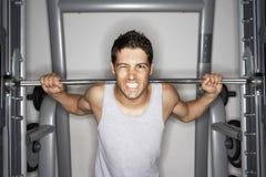 Jonge Mens het Opheffen Gewichten bij Gymnastiek Stock Afbeelding