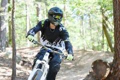 Jonge mens het praktizeren moutain fiets in bos stock foto's