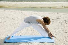 Jonge mens het praktizeren Yoga Stock Afbeelding