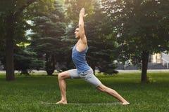 Jonge mens het praktizeren yoga in openlucht stock foto
