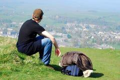 Jonge mens het rusten Stock Foto's